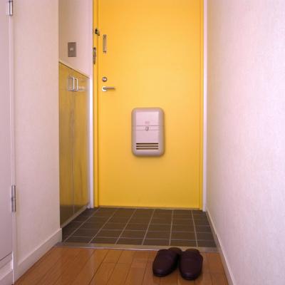 黄色い扉もかわいい※写真は別部屋です。