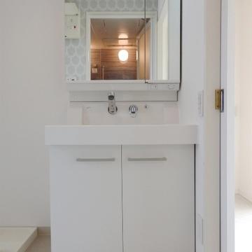 使いやすそうな洗面台です(※写真は8階の反転間取り別部屋のものです)