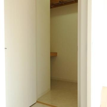 廊下にはウォークインクローゼットがありました(※写真は8階の反転間取り別部屋のものです)