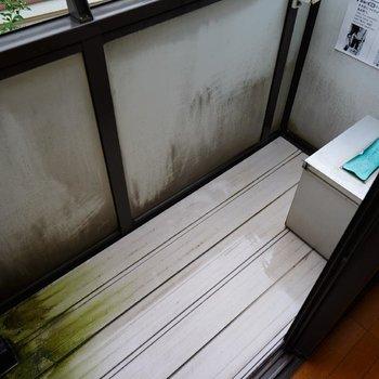 バルコニーはちょっとコンパクト。※写真は2階反転間取り別部屋のものです
