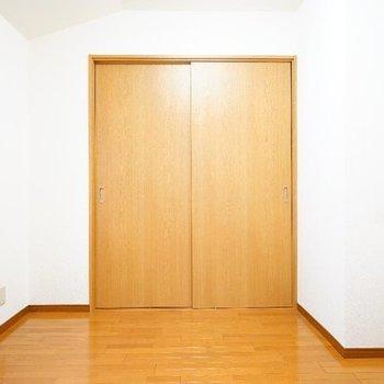 約4.5帖の寝室も窓が◎※写真は2階反転間取り別部屋のものです