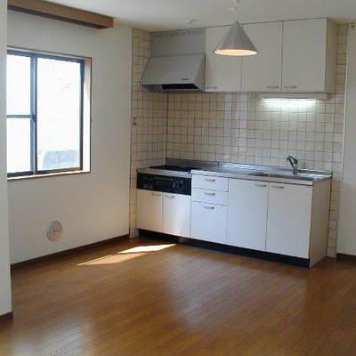 キッチンなどの生活スペースは華美すぎず暮らしやすそうです。※前回募集時の写真