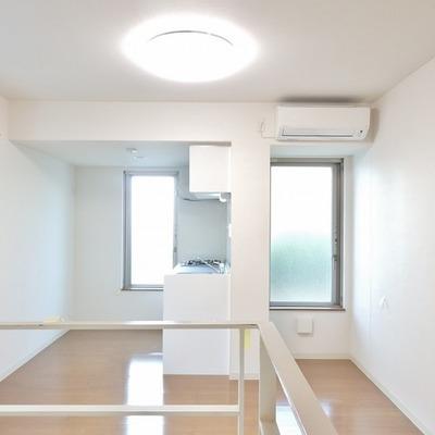キッチン方面には窓がたくさん。