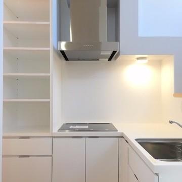 L字型のキッチンの下には大容量の収納があります