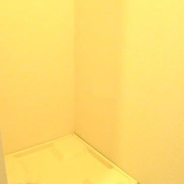 トイレの置くに洗濯機置き場がありあす。