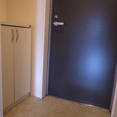 玄関には白いシューズボックス。上には鍵置きを作ったら便利♩※写真は清掃前のものです)