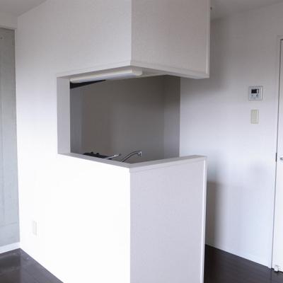 キッチンは対面式。コの字型でメリハリ感※写真は清掃前のものです)