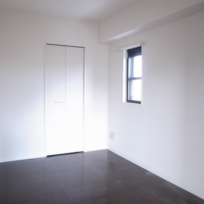 洋室は5.5帖。ベッドもすっぽり入ります※写真は清掃前のものです)