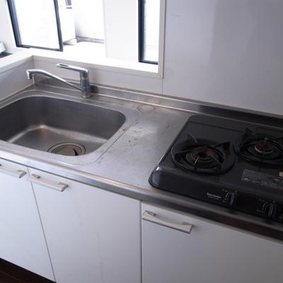 2口コンロに大きなシンク。料理スペースはシンクトレーで確保しましょう※写真は清掃前のものです)