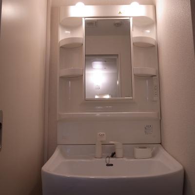 脱衣所には独立洗面台と洗濯機置き場※写真は清掃前のものです)