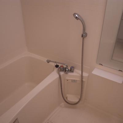 お風呂はふつうかな。隙間がないので掃除はしやすいですよ!※写真は清掃前のものです)