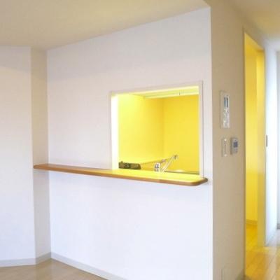 小窓とカウンターがついている対面式のキッチンです。