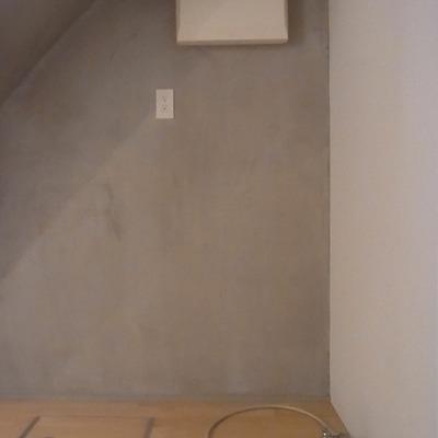 階段したが洗濯機置き場です
