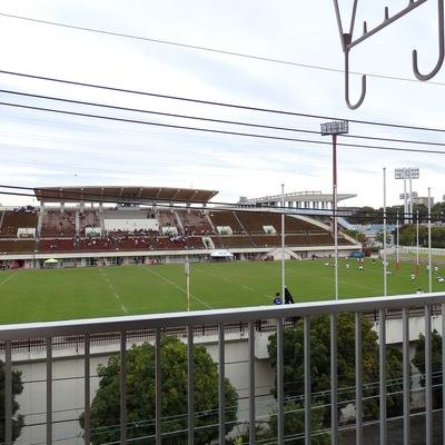 目の前にはラグビー場!今日も試合をやっていましたよ。