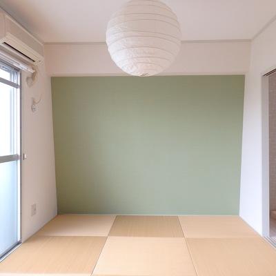 琉球畳にミントグリーンの壁紙