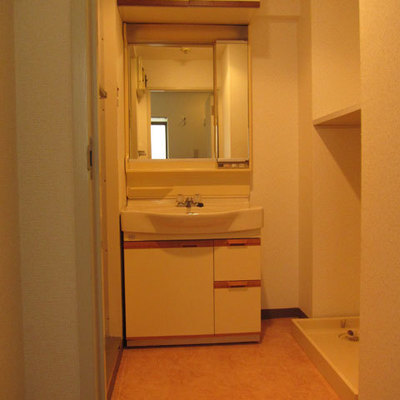 洗面所の横には洗濯機置き場があります。