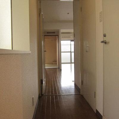 玄関入って左手に水回り、ドアを開けてリビングなので来客時安心