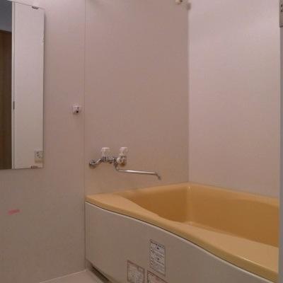 お風呂にもポイントカラーとしてオレンジを使っています。