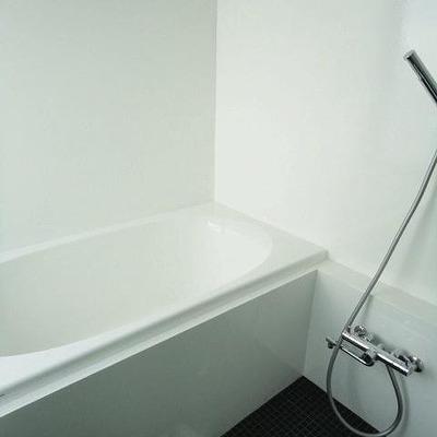 お風呂はモノトーンで大人なカンジ。
