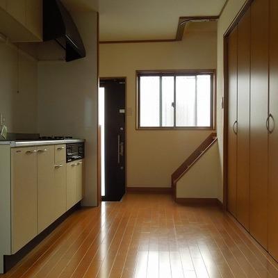 玄関の横に階段