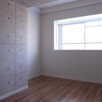 こちらの洋室も窓があるので気持ちがいい