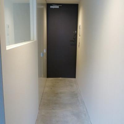 玄関。コンクリートの質感が良いです。※写真は2階の同間取り別部屋のものです