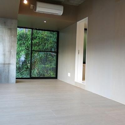 コンクリとフローリング※写真は2階の同間取り別部屋のものです