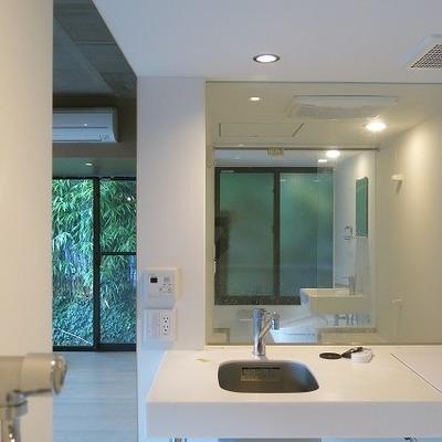 入口からトイレまで見渡せます!※写真は2階の同間取り別部屋のものです