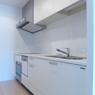 キッチンは白でとても綺麗!広い!