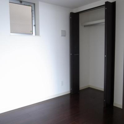 寝室。収納もバッチリ。※写真は別部屋です。