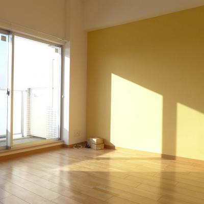 広めの洋室。イエローが可愛い!