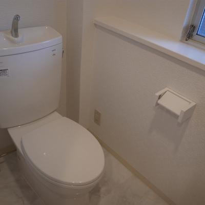 トイレも窓があり、棚付きも便利※写真は別部屋です。