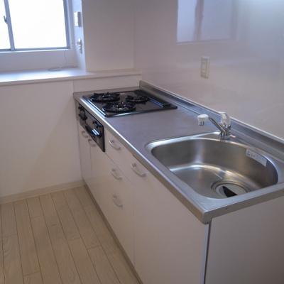 キッチン。窓があるのもうれしい※写真は別部屋です。