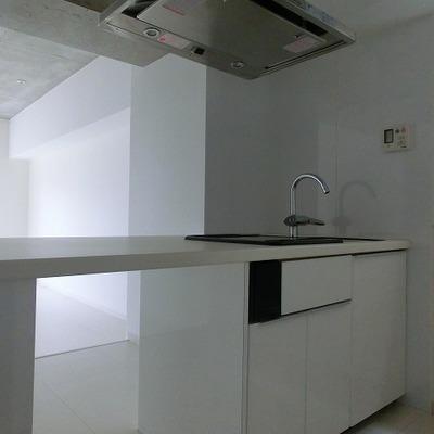 すっきりとしたキッチン!後ろには冷蔵庫も十分置ける広さがあり※写真は別室