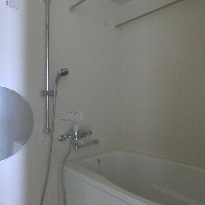 まあるい鏡が特徴的なバスルーム※写真は別室