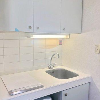 キッチンも白くてコンパクト!