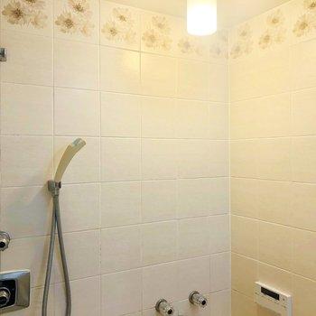 お風呂の天井部タイル、花がらでかわいい