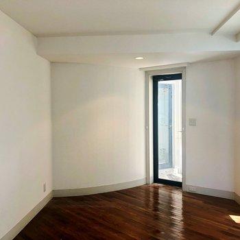 居室です!ひろーい!!大きい白いベット置きたい!