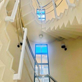 共用部の階段。優雅に降りてきたい。(お部屋は1階ですが・・)