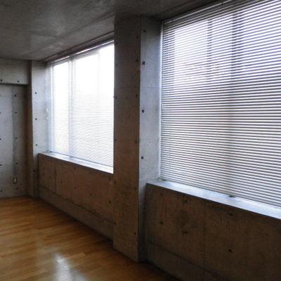大きな窓にはもちろんブラインド付きです。