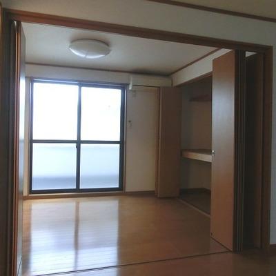 隣と密接している割に明るいお部屋です