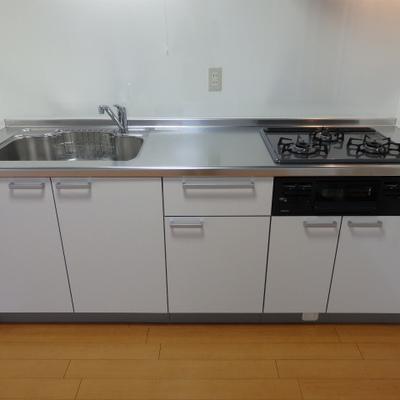 キッチンはグリル+3口ガスコンロ。