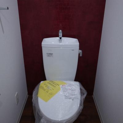 トイレの壁は赤!