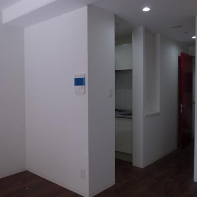 左側にキッチンがあります。