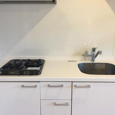 キッチン。コンパクト2口ガスコンロ。※写真は前回募集時のものです。