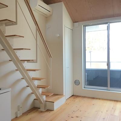 しっかりとした階段で吹き抜け感もあります。※写真は前回募集時のものです。