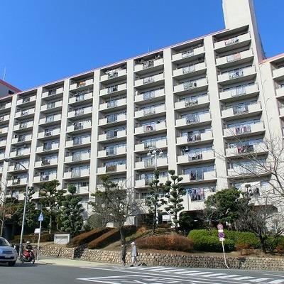 桃山台駅を降りて右にドーンと構えている白い建物