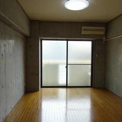 窓は南向き、天井と床以外はすべてコンクリです