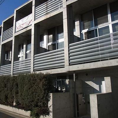 建物外観。デザイナーズ物件らしくコンクリート壁です。