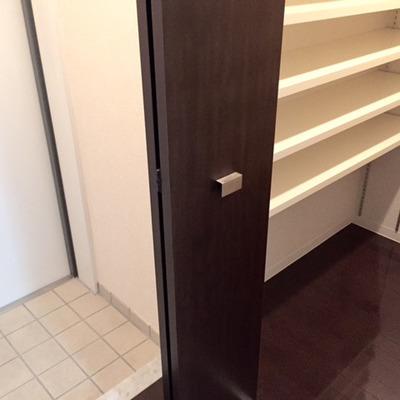 玄関はキレイだけど少々狭め…